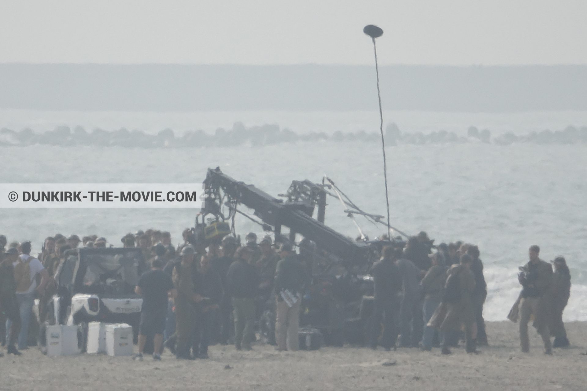 Picture with supernumeraries, beach, technical team,  from behind the scene of the Dunkirk movie by Nolan
