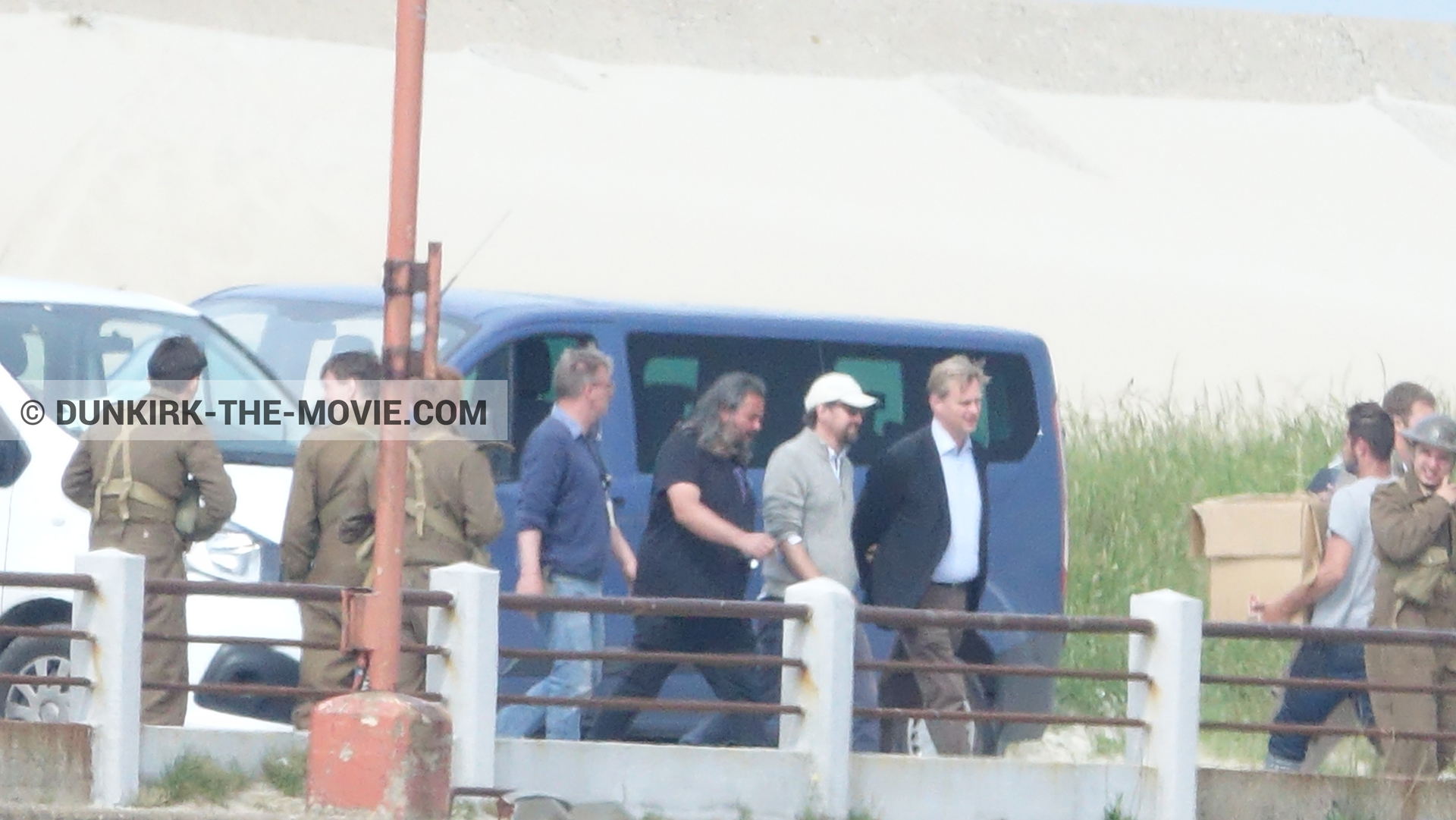 Picture with supernumeraries, Hoyte van Hoytema, Christopher Nolan,  from behind the scene of the Dunkirk movie by Nolan